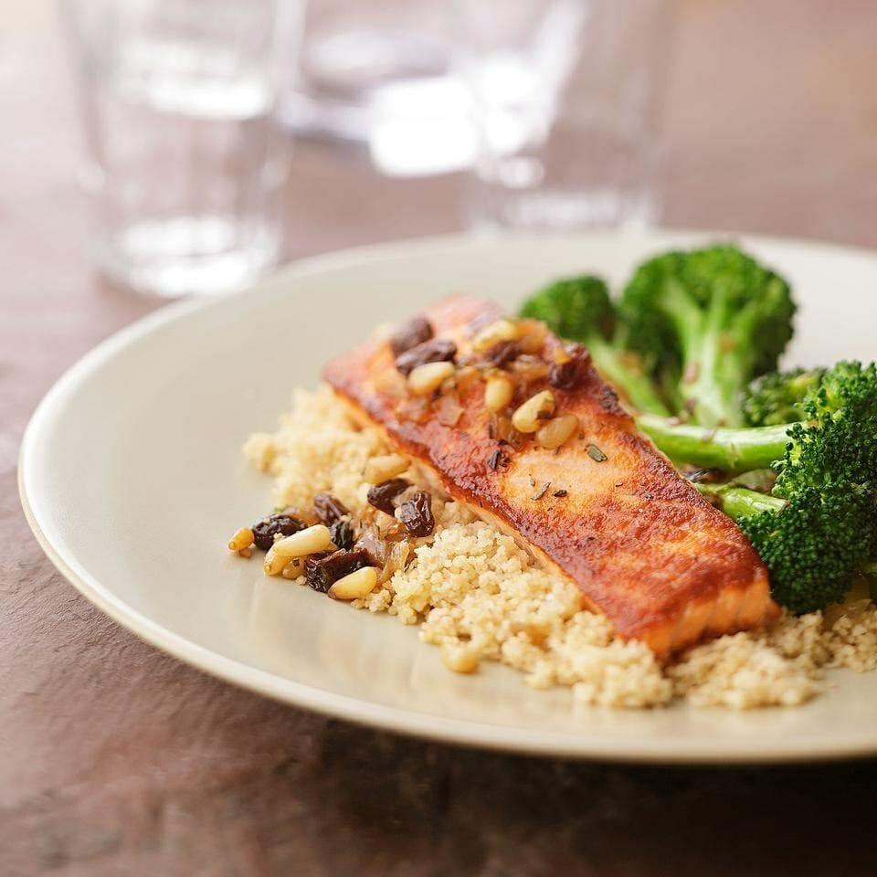Salmone croccante con broccoli saltati